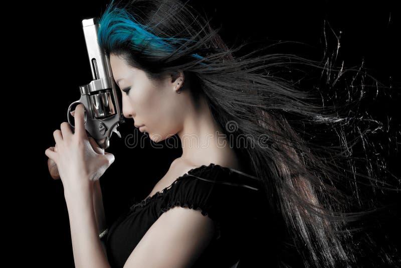 Muchacha asiática con el arma imagen de archivo