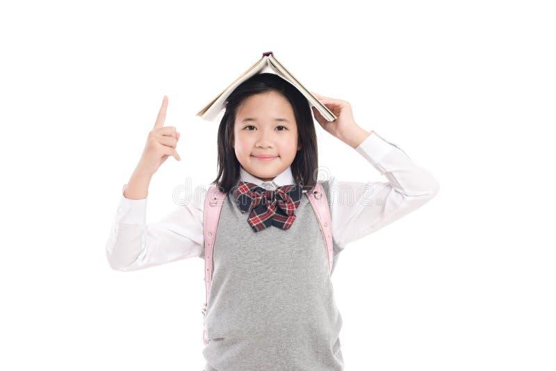 Muchacha asiática con el libro en la cabeza fotos de archivo