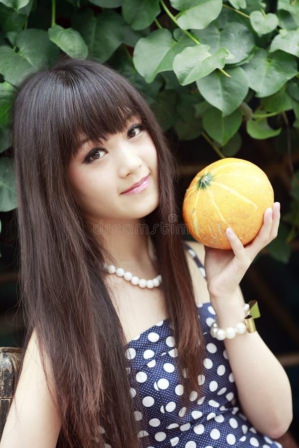 Muchacha asiática con el melón foto de archivo