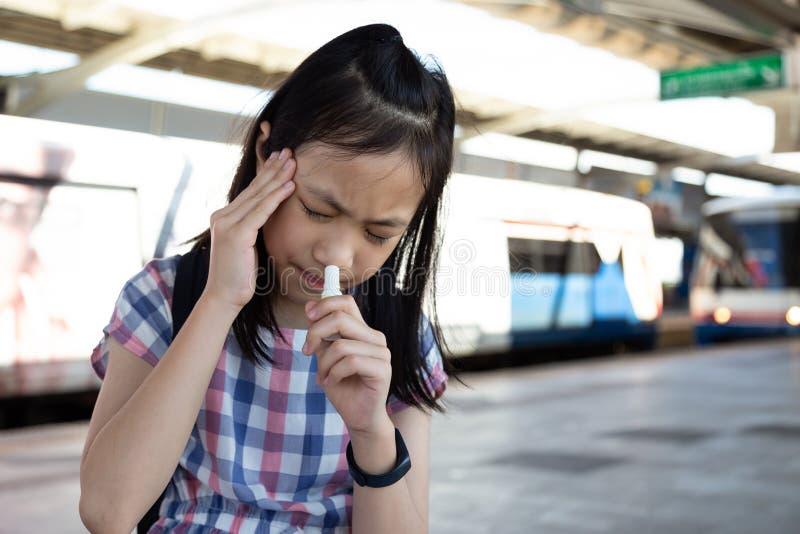 Muchacha asiática con el vértigo, vértigos, jaqueca, muchacha deprimida enferma s foto de archivo