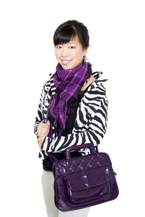 Muchacha asiática con estilo con el bolso y la bufanda púrpuras fotografía de archivo libre de regalías