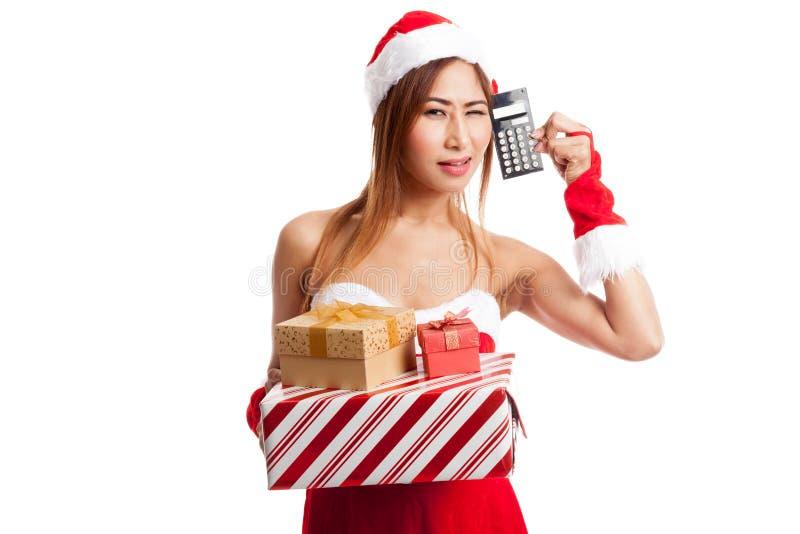 Muchacha asiática de la Navidad con la ropa de Papá Noel y caja y calculadora de regalo imagen de archivo