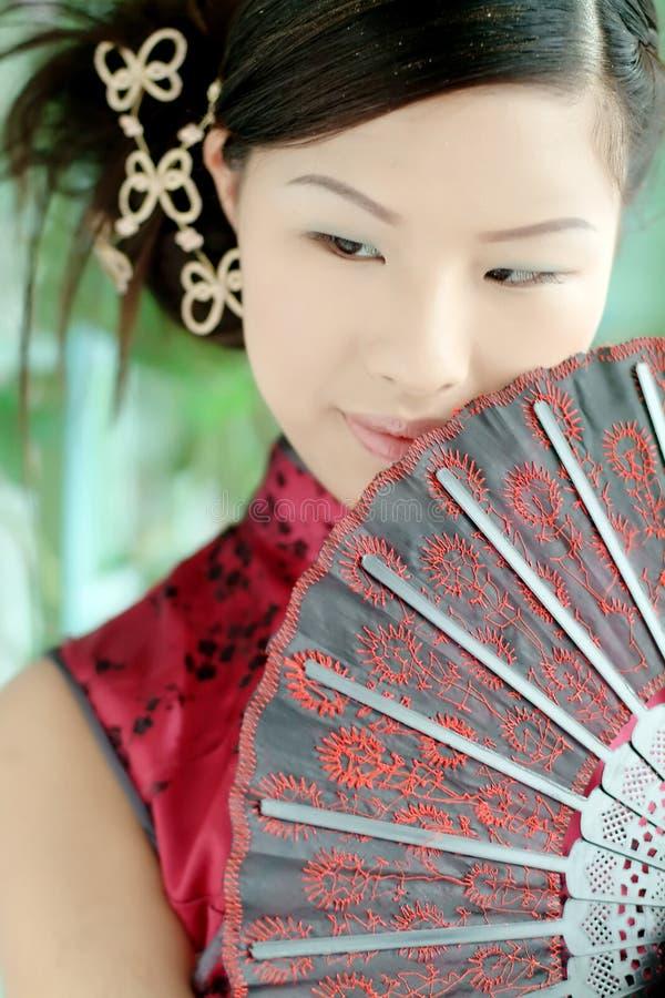 Muchacha asiática en dres chinos rojos fotografía de archivo libre de regalías