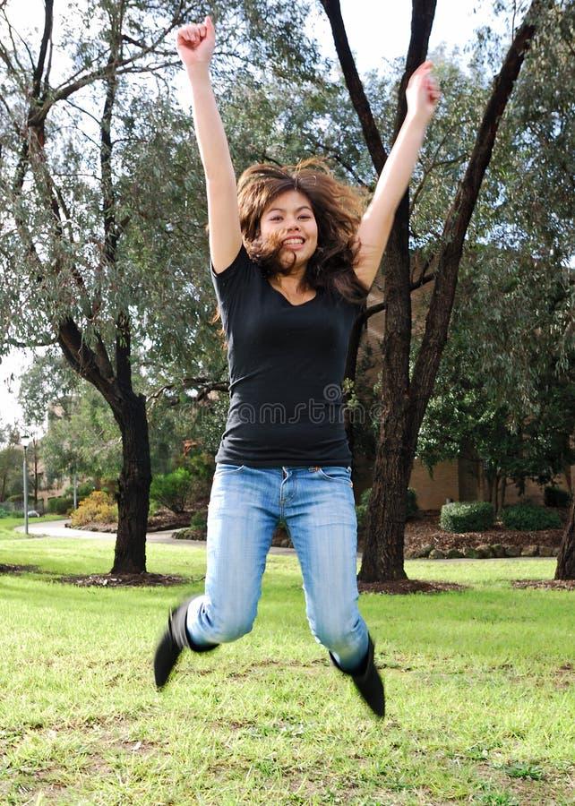 Muchacha asiática en un salto foto de archivo