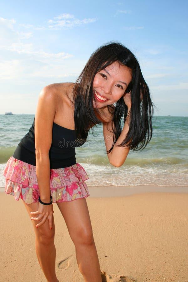 Muchacha asiática en una playa en Tailandia. foto de archivo libre de regalías