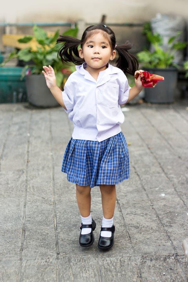 Muchacha asiática en uniforme a la escuela foto de archivo libre de regalías