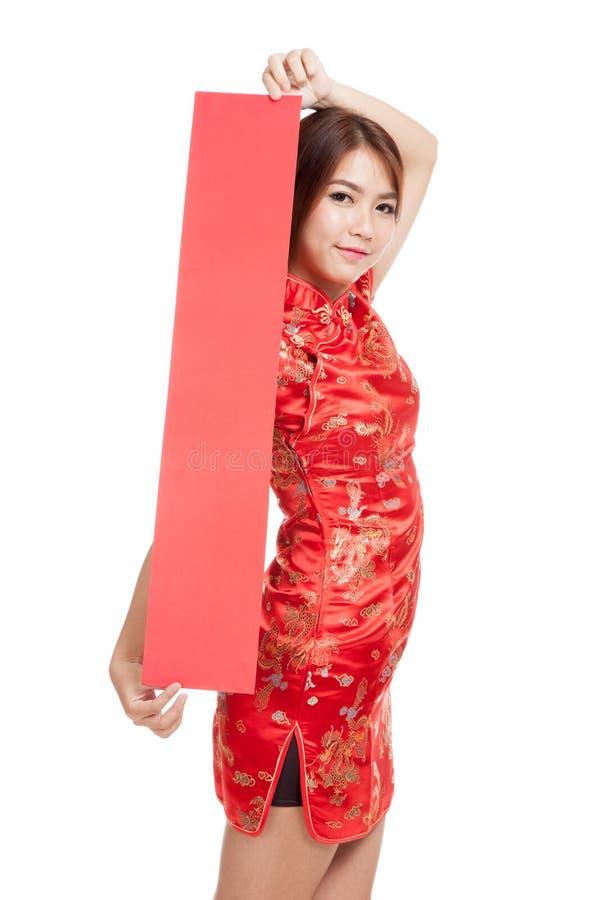 Muchacha asiática en vestido chino del cheongsam con la muestra en blanco roja foto de archivo