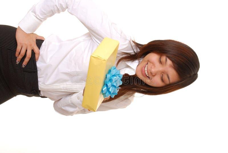 Muchacha asiática encantadora con un regalo foto de archivo