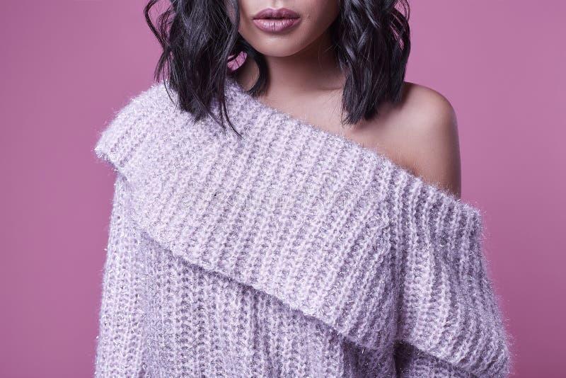 Muchacha asiática encantadora hermosa en suéter púrpura en fondo rosado brillante imágenes de archivo libres de regalías