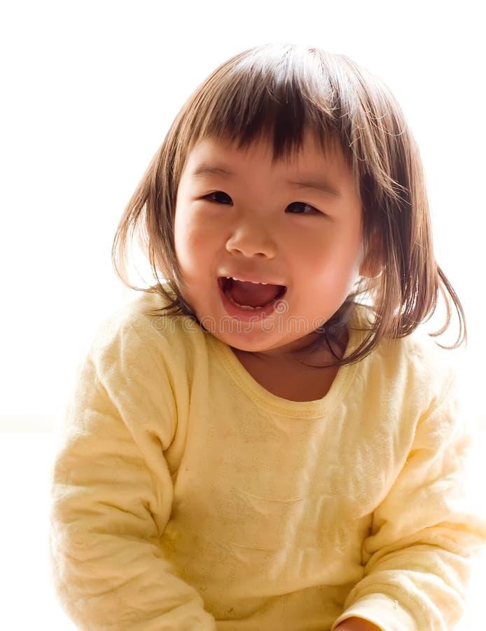 Muchacha asiática feliz con sonrisa en el fondo blanco imagenes de archivo