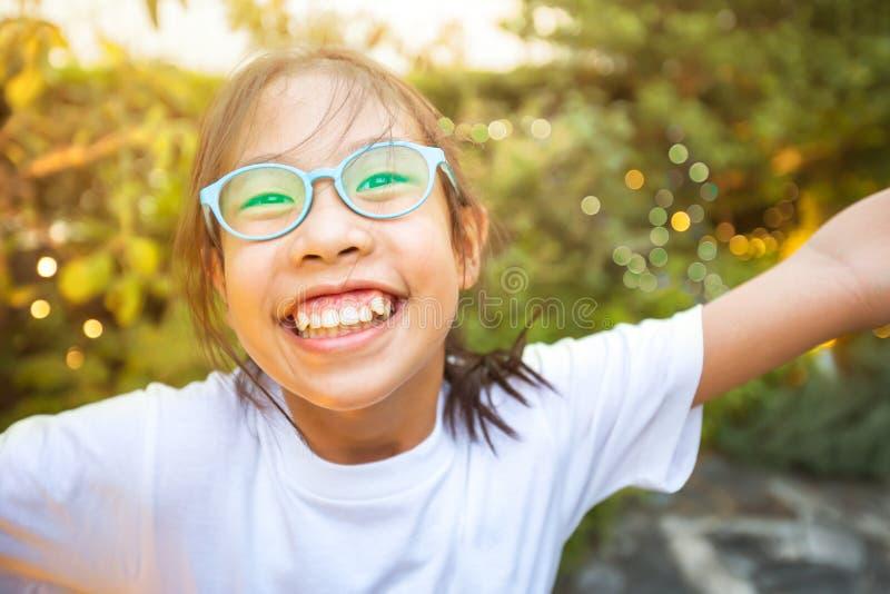 Muchacha asiática feliz que sonríe y que se goza fotos de archivo libres de regalías