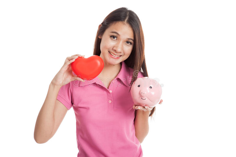 Muchacha asiática hermosa con el corazón y la hucha rojos imagen de archivo libre de regalías