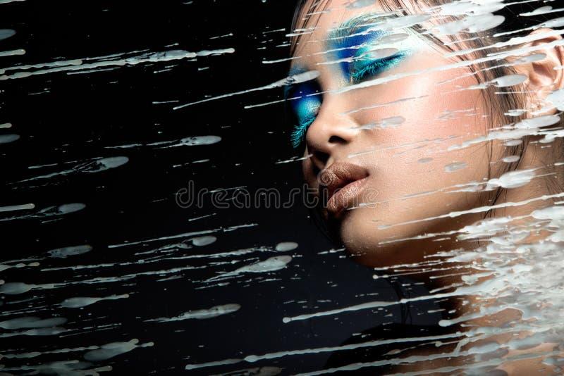 Muchacha asiática hermosa con maquillaje azul brillante foto de archivo libre de regalías