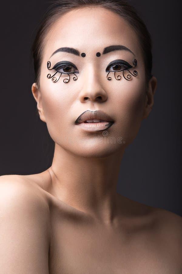 Muchacha asiática hermosa con un maquillaje creativo fotografía de archivo libre de regalías