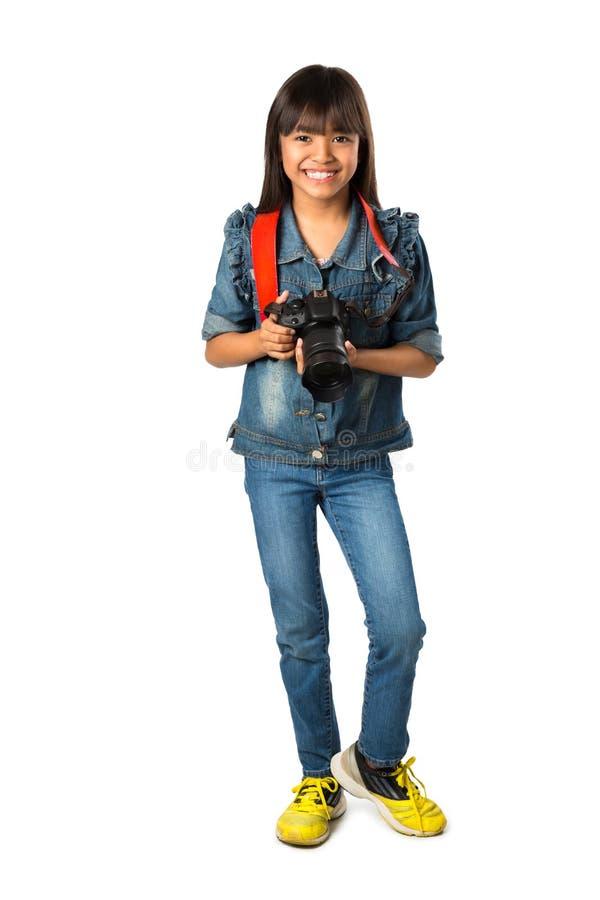 Muchacha asiática joven sonriente que sostiene la cámara de la foto foto de archivo libre de regalías