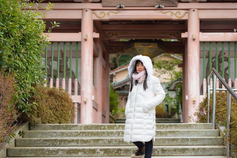 Muchacha asiática linda en ciudad fotografía de archivo libre de regalías