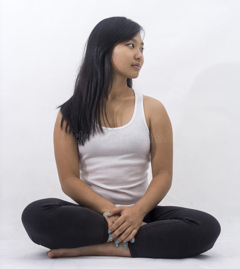 Muchacha asiática linda en meditar del fondo foto de archivo libre de regalías