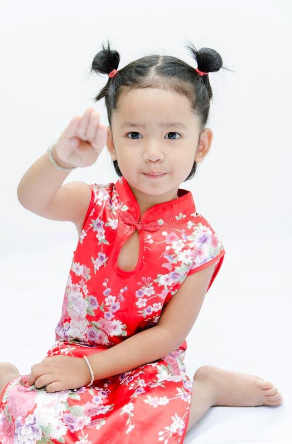 Muchacha asiática linda en vestido rojo del chino foto de archivo libre de regalías