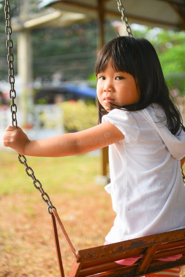 Muchacha asiática linda que activa en el patio. imagen de archivo