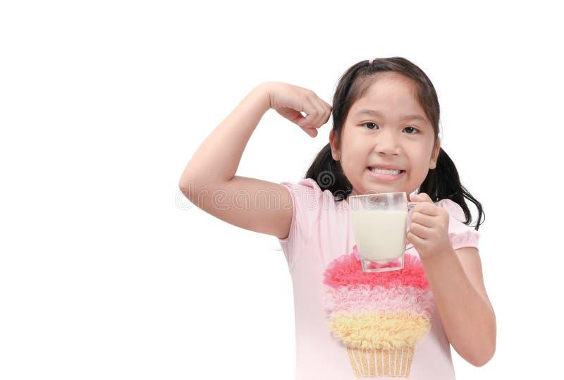 Muchacha asiática linda que bebe la leche fresca aislada imagen de archivo