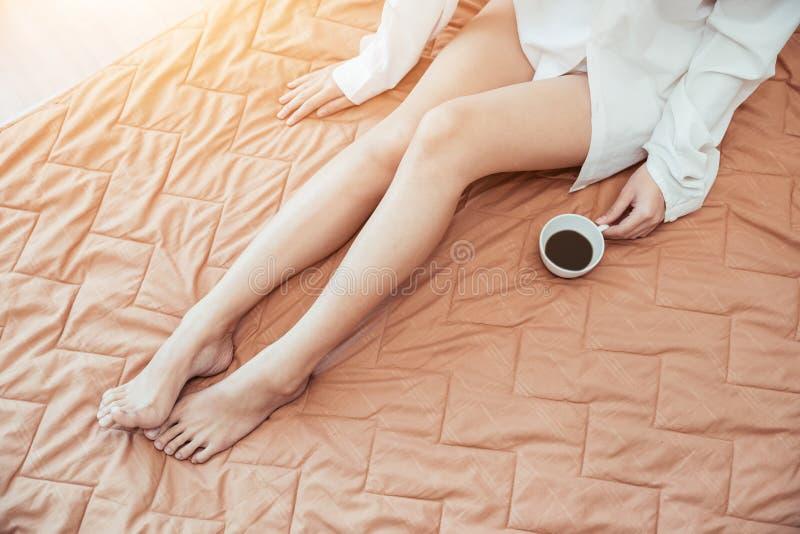 Muchacha asiática que apenas despierta por la mañana como relajada fotografía de archivo libre de regalías