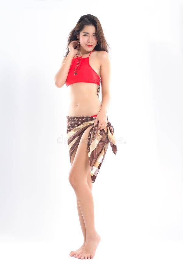 Muchacha asiática que lleva el traje de baño rojo imágenes de archivo libres de regalías