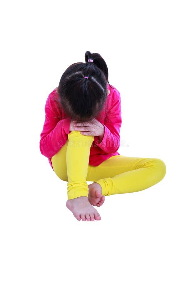 Muchacha asiática que se sienta en piso y gesto triste aislado en b blanco imagen de archivo libre de regalías