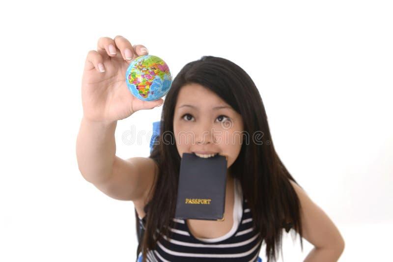 Muchacha asiática que sostiene el destino de la búsqueda del pasaporte imágenes de archivo libres de regalías