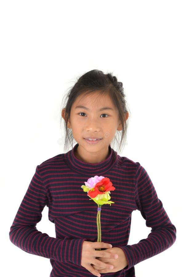 Muchacha asiática que sostiene el ramo de la flor en el fondo blanco fotografía de archivo libre de regalías