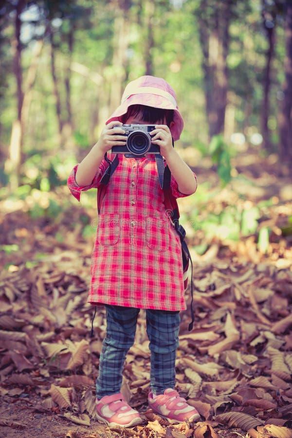 Muchacha asiática que toma las fotos por la cámara digital en jardín Vintage pi foto de archivo libre de regalías