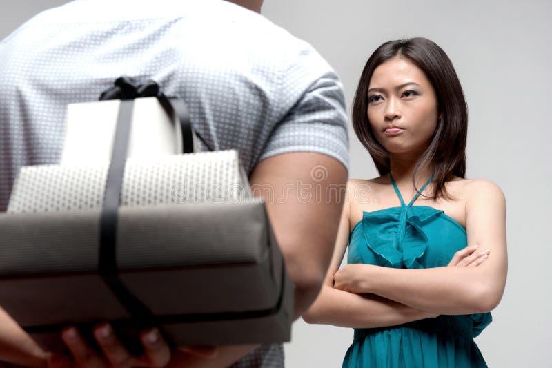 Muchacha asiática trastornada con el muchacho fotografía de archivo