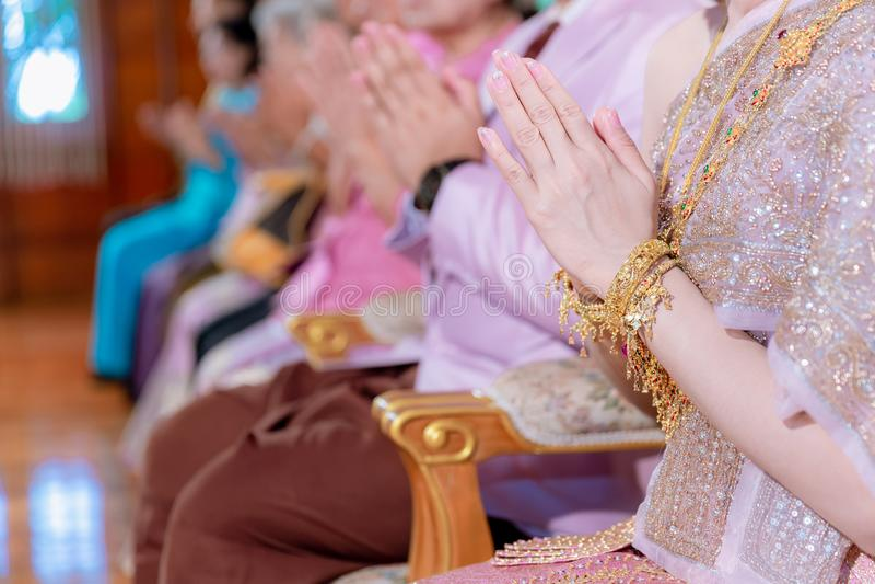 Muchacha asi?tica hermosa para pagar el respecto y el budismo de rogaci?n que adoran la estatua de Buda con la fe Manos que piden foto de archivo