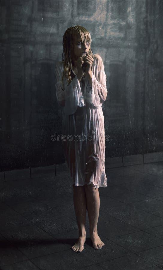 Muchacha asustada joven bajo la lluvia imagen de archivo libre de regalías