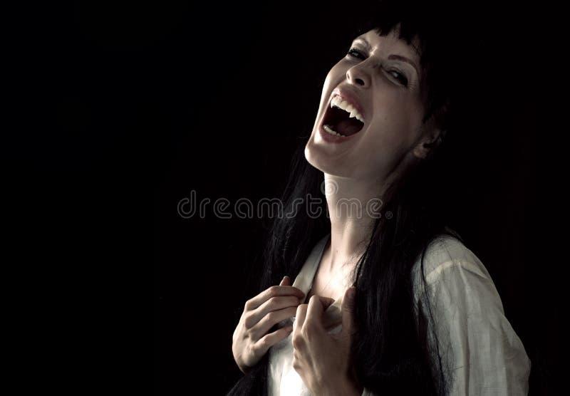 Muchacha asustadiza sangrienta loca del vampiro con los colmillos foto de archivo