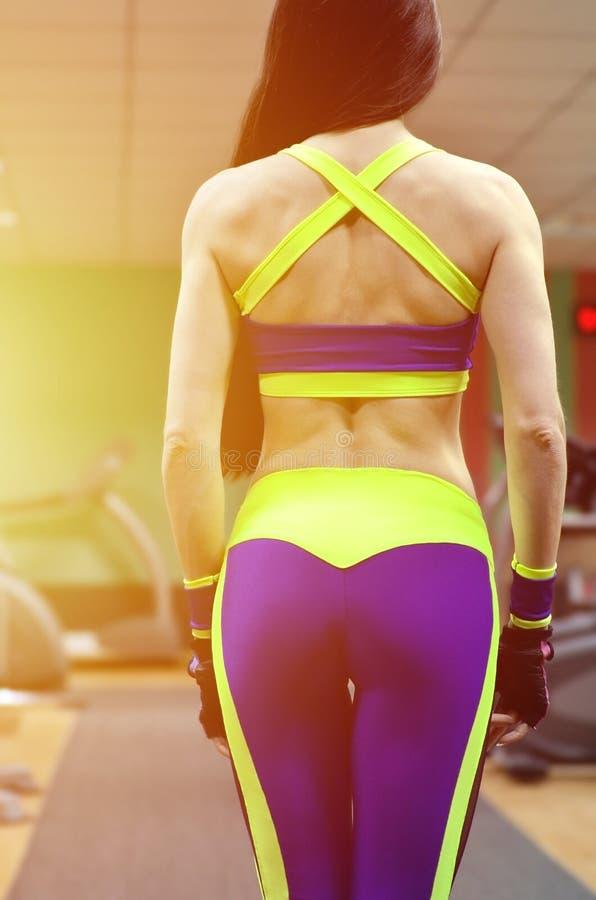 Muchacha atlética en un gimnasio del deporte imagenes de archivo