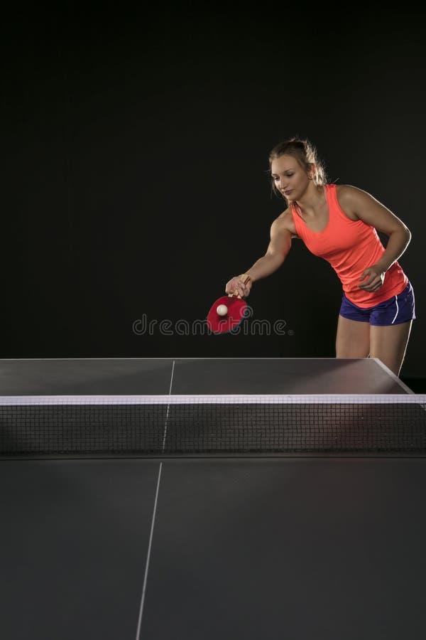 Muchacha atlética hermosa joven que juega a ping-pong fotos de archivo