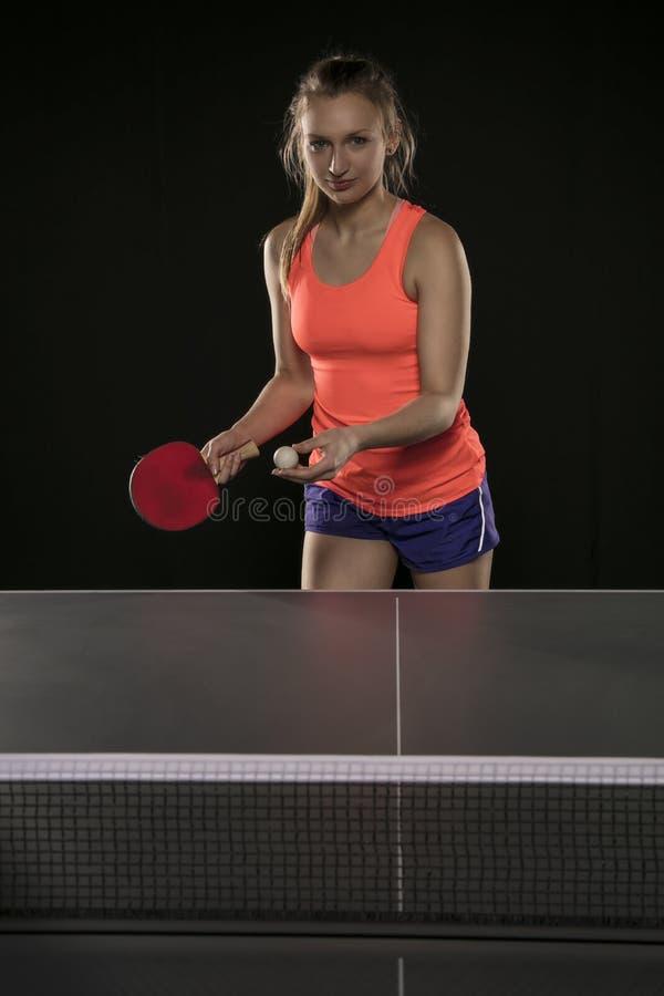 Muchacha atlética hermosa joven que juega a ping-pong fotografía de archivo libre de regalías