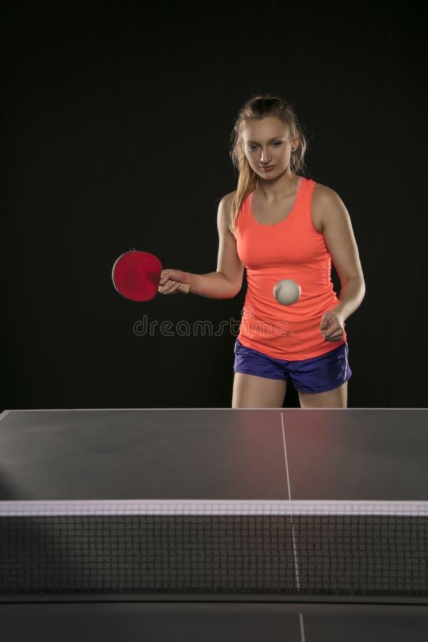 Muchacha atlética hermosa joven que juega a ping-pong fotos de archivo libres de regalías