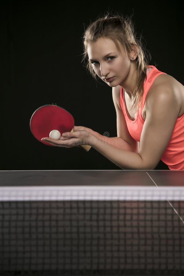 Muchacha atlética hermosa joven que juega a ping-pong foto de archivo libre de regalías