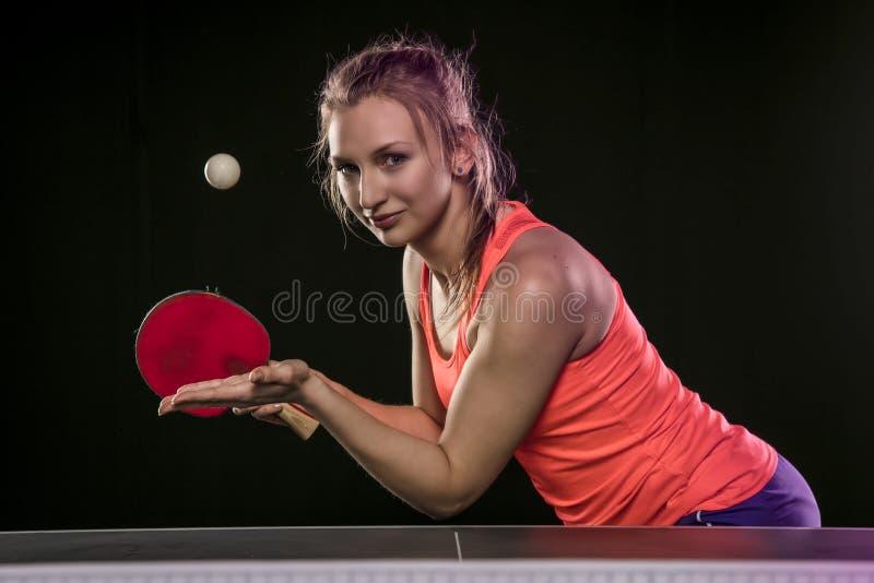 Muchacha atlética hermosa joven que juega a ping-pong fotografía de archivo