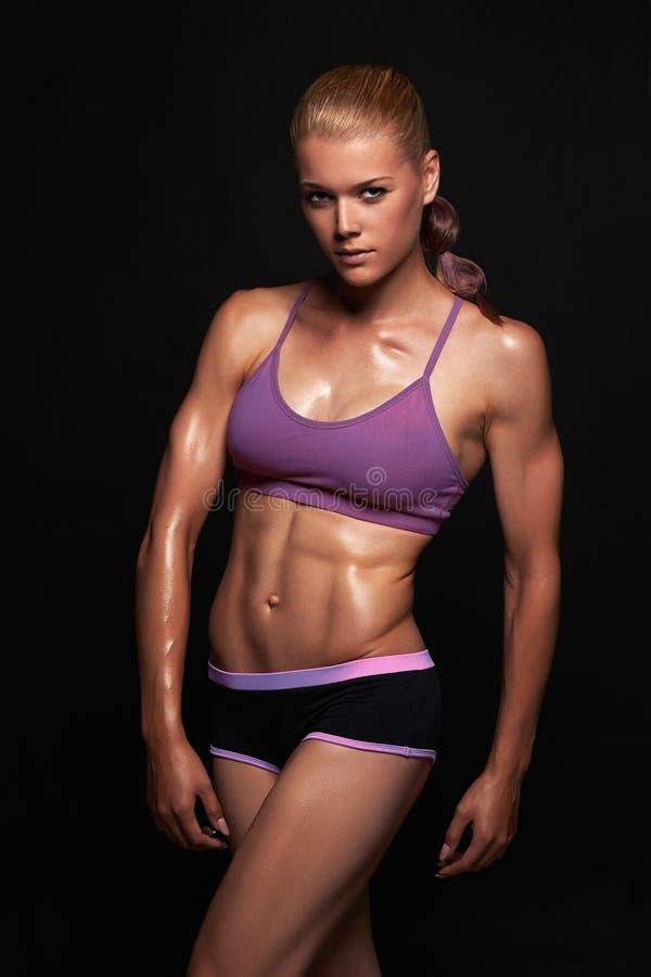 Muchacha atlética Mujer muscular de la aptitud Forma de vida sana bodybuilding imagenes de archivo