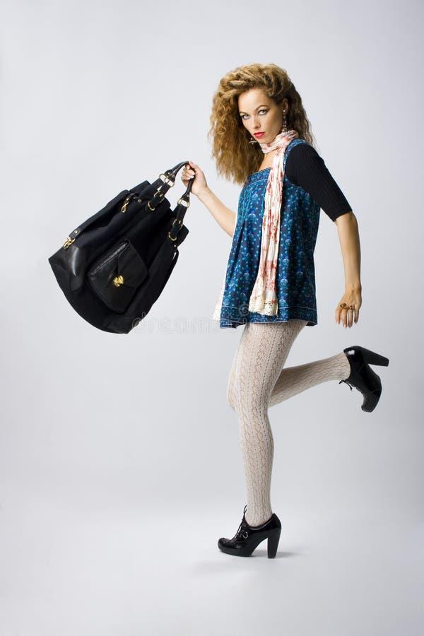 Muchacha atractiva con con un bolso imágenes de archivo libres de regalías
