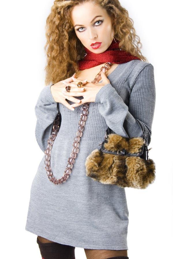 Muchacha atractiva con con un bolso de la piel imagen de archivo