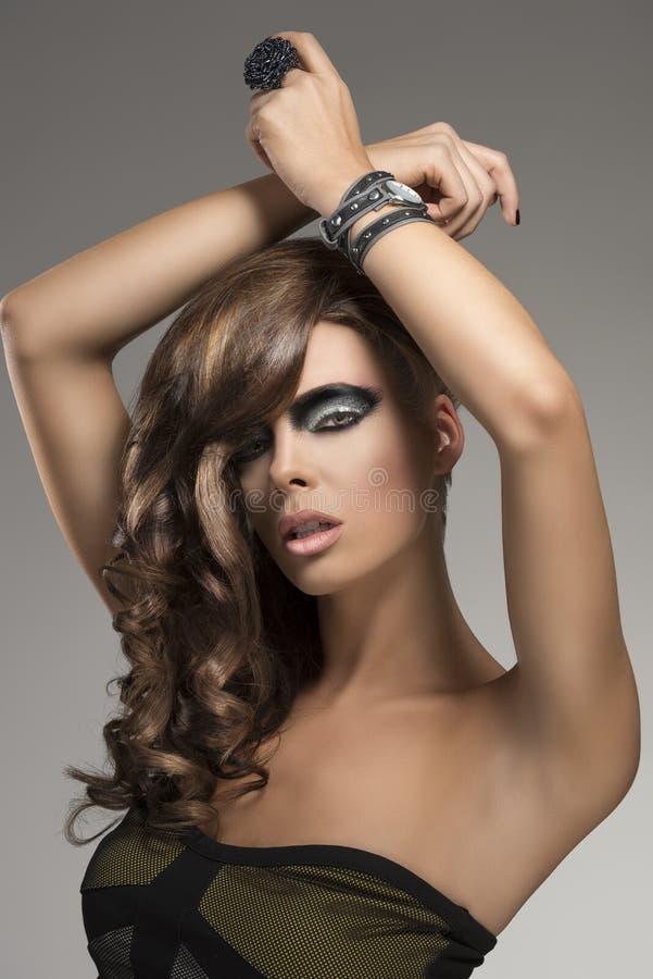 Muchacha atractiva con el peinado creativo, fotografía de archivo libre de regalías