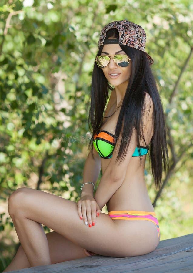 Muchacha atractiva con el pelo oscuro en la playa imagenes de archivo