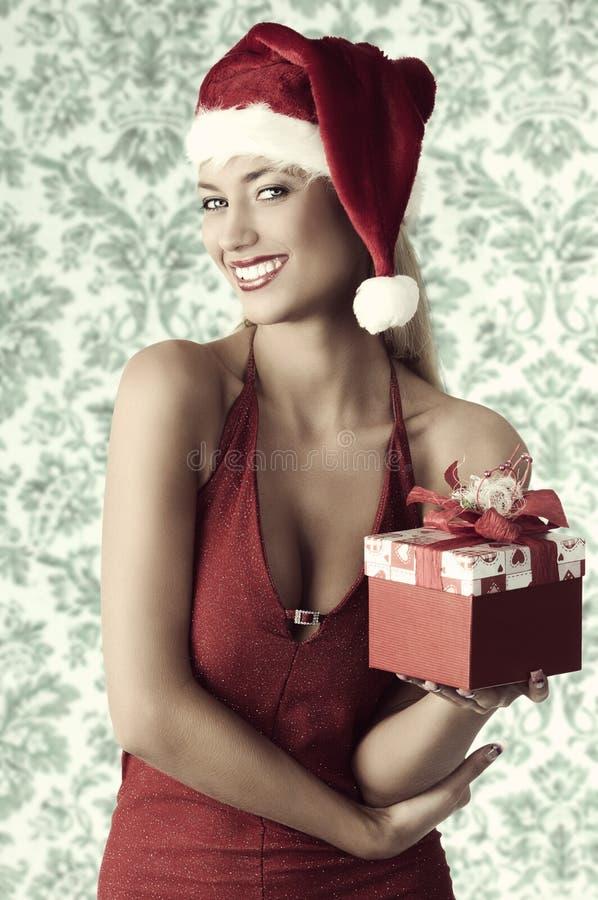 Muchacha atractiva con el regalo de la Navidad fotografía de archivo libre de regalías