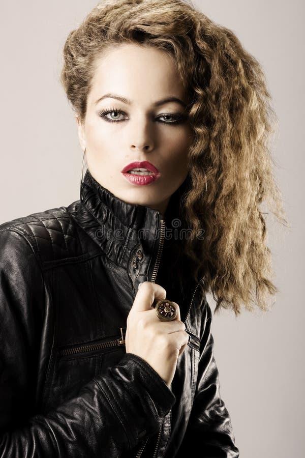 Muchacha atractiva con la chaqueta de cuero fotos de archivo libres de regalías