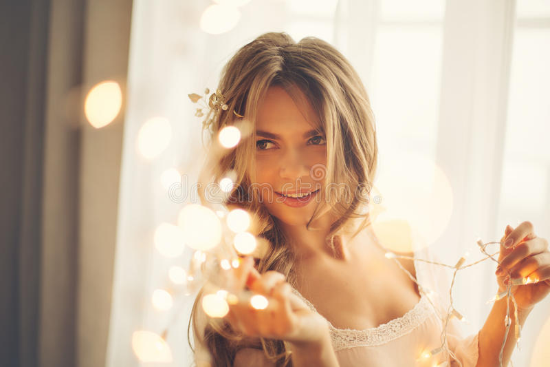 Muchacha atractiva con la guirnalda imagen de archivo libre de regalías
