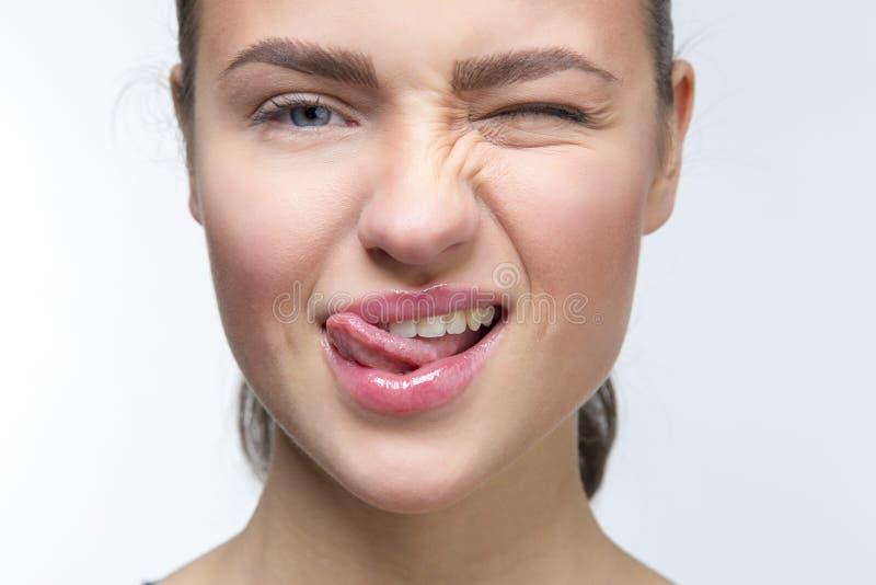 Muchacha atractiva con la lengua fotos de archivo