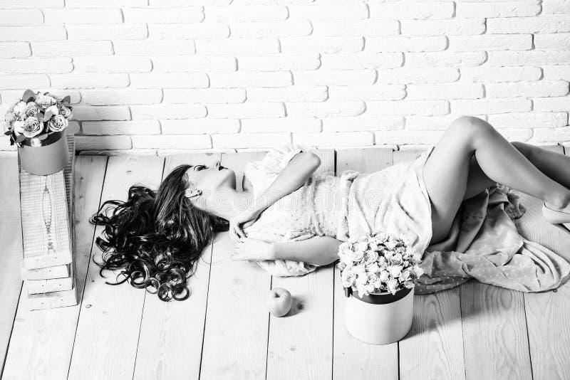 Muchacha atractiva con las rosas y la manzana imagen de archivo libre de regalías